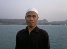 Foto Muhammad Hafidz Ghifari menggunakan busana muslim.