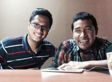 Akbar Ega (kanan) dan Yudo Widiyanto (kiri), berfoto bersama usai wawancara.