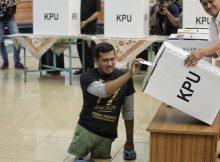 Wajar Jika Penyandang Disabilitas Pilih Golput (gambar sosialisasi Pemilu oleh KPU ke penyandang disabilitas)